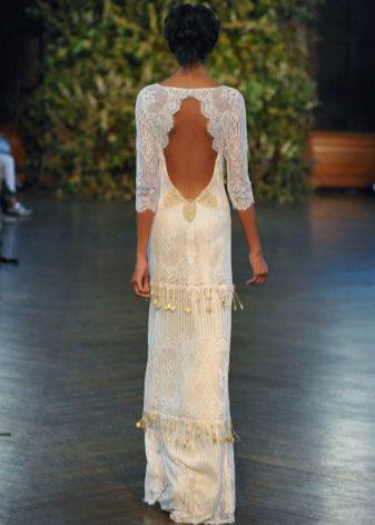 Прямое свадебное платье с частично открытой спиной