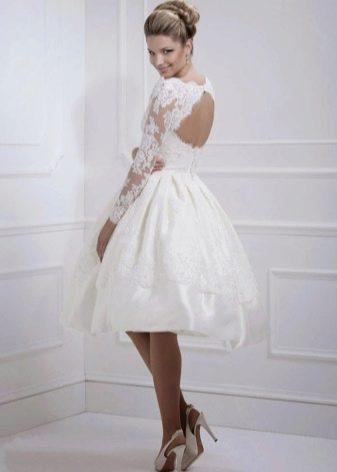 Короткое свадебное платье с частично открытой спиной