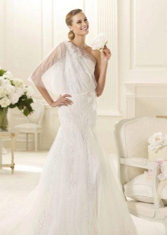 Свадебное платье на одно плечо с рукавом