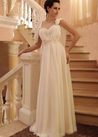 Свадебное платье с драпировкой из шифона на лифе