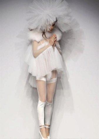 Страшное короткое  платье с пышной фатой