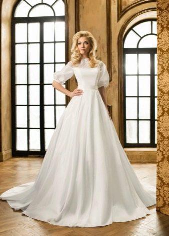 Свадебное закрытое платье с рукавами воздушный шар