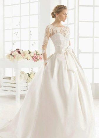 Свадебное закрытое платье с иллюзией рукавов