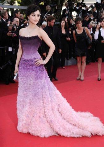 Градиентный сиреневый цвет в вечернем платье