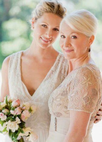 Вечерние наряды для мамы невесты с ажурным вырезом