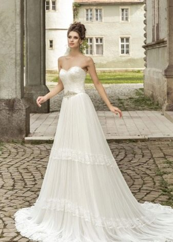 Свадебное платье с кружевным корсетом не пышное