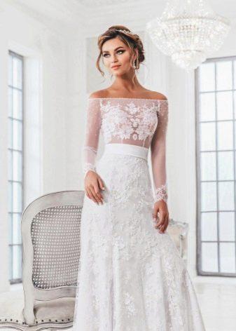 Не пышное свадебное платье с кружевом