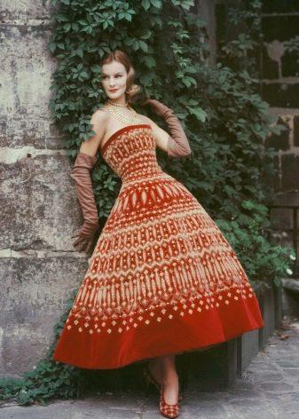 Пышное вельветовое платье длиной до щиколотки
