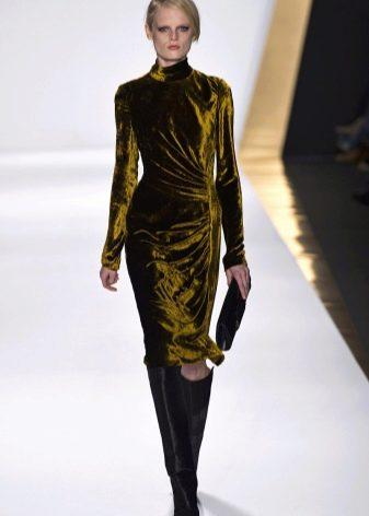 Бархатное платье оливкового цвета