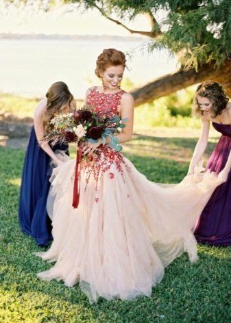 Красивое бело-красное свадебное платье