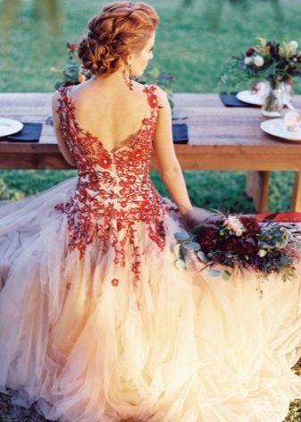 Красивое бело-красное свадебное платье со спины