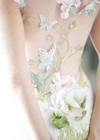 Белое свадебное платье с зелеными акцентами