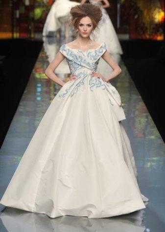 Свадебное платье с голубой вышивкой