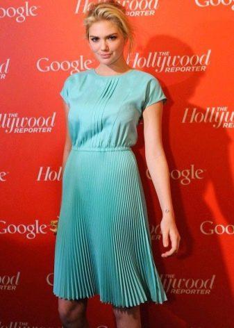 Плиссированная юбка на бирюзовом платье