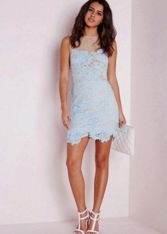 Голубое платье в сочетание с белыми босоножками и белым клатчем