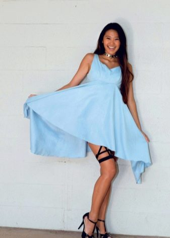 Голубое платье с черными туфлями