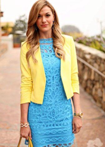 Золотые аксессуары к голубому платью