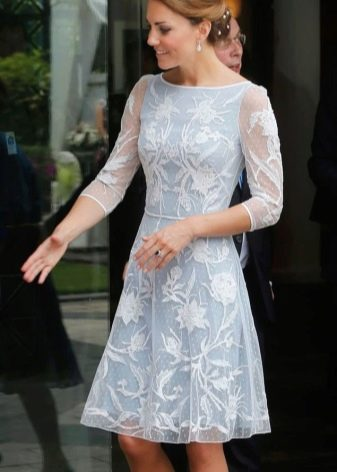 Красивое бело-голубое платье Кейт Мидлтон