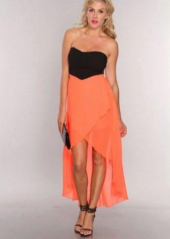 Коралловое платье с черной сумкой и босоножками