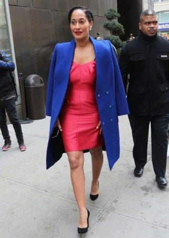 Коралловое платье в сочетание с синим