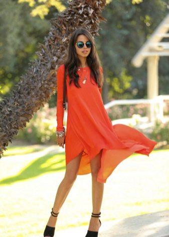 Платье кораллового цвета с рукавами