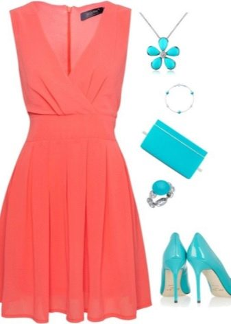 Платье коралловое в сочетании с бирюзовыми аксессуарами