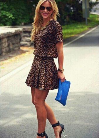 Синие босоножки и клатч к леопардовому платью