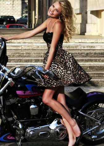 Леопардовое платье и черные туфли