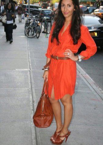 Оранжевое платье в сочетание с коричневыми оттенками