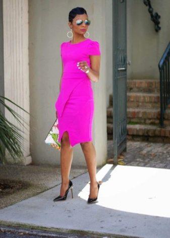 Черные туфли-лодочки для платья цвета фуксии