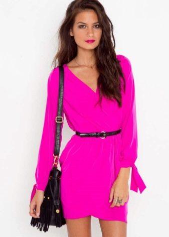 Короткое платье цвета фуксии с длинными рукавами