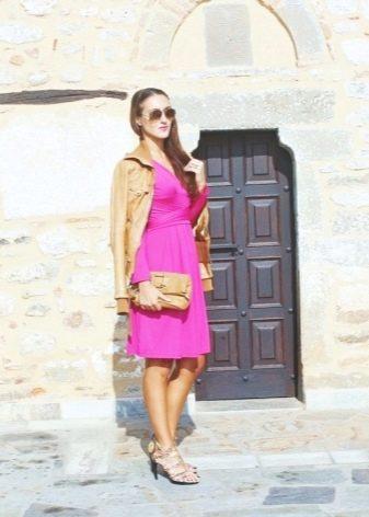 Бежевая куртка и туфли к платью цвета фуксии