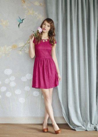Платье цвета фуксии и оранжевая обувь