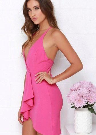 Русая девушка в платье цвета фуксии