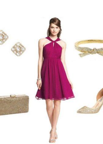 Золотые аксессуары к платью цвета фуксии