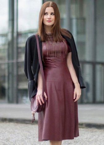Повседневный вариант платья цвета марсала