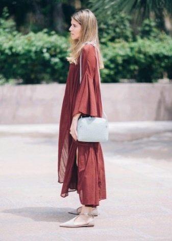 Платье цвета марсала для городского стиля