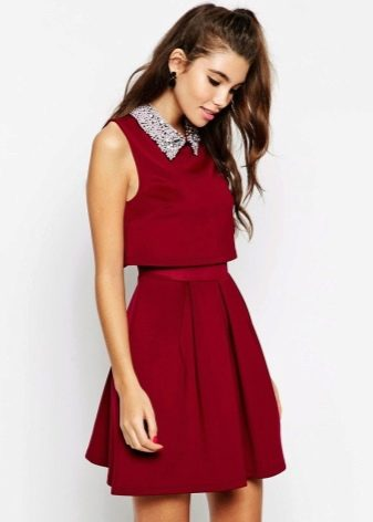 Короткое платье цвета марсала с воротничком