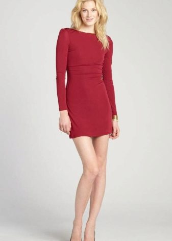 Короткое платье малинового цвета