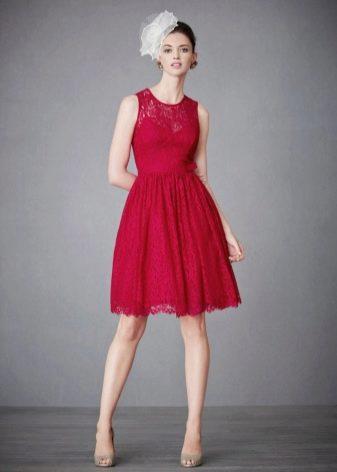 Малиновое платье средней длины