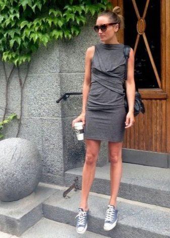 Трикотажное серое платье