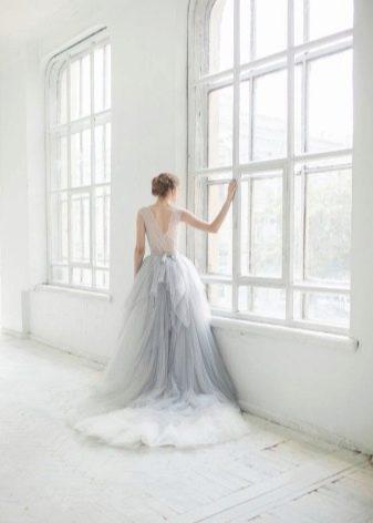 Красивое светло-серое длинное платье