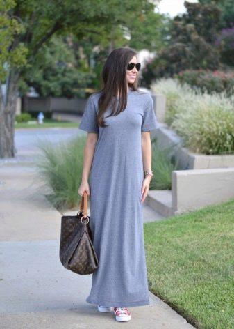 Длинное трикотажное летнее платье серого цвета