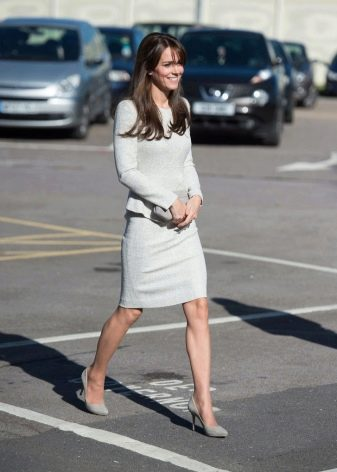 Светло-серое платье-футляр