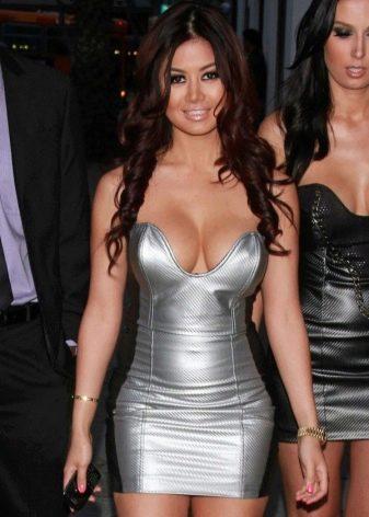 Ким Ли в платье серого цвета