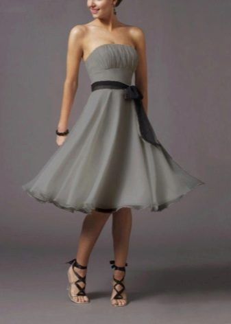 Серое платье с черными босоножками