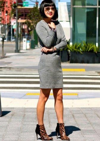 Серое платье с туфлями на шпильке