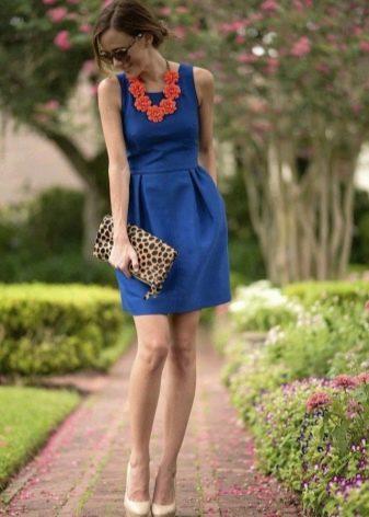 Аксессуары оранжевого цвета к темно-синему платью