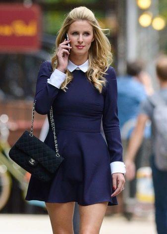 Темно-синее платье с белым воротничком и мажетами