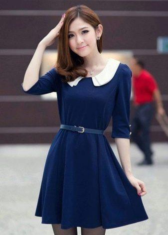 Темно-синее платье с воротником белого цвета
